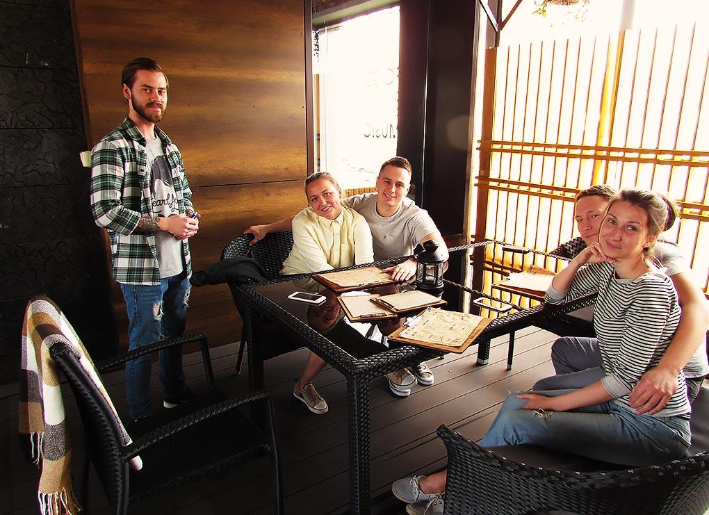 На открытую веранду ресторана Koster все прибывают новые гости
