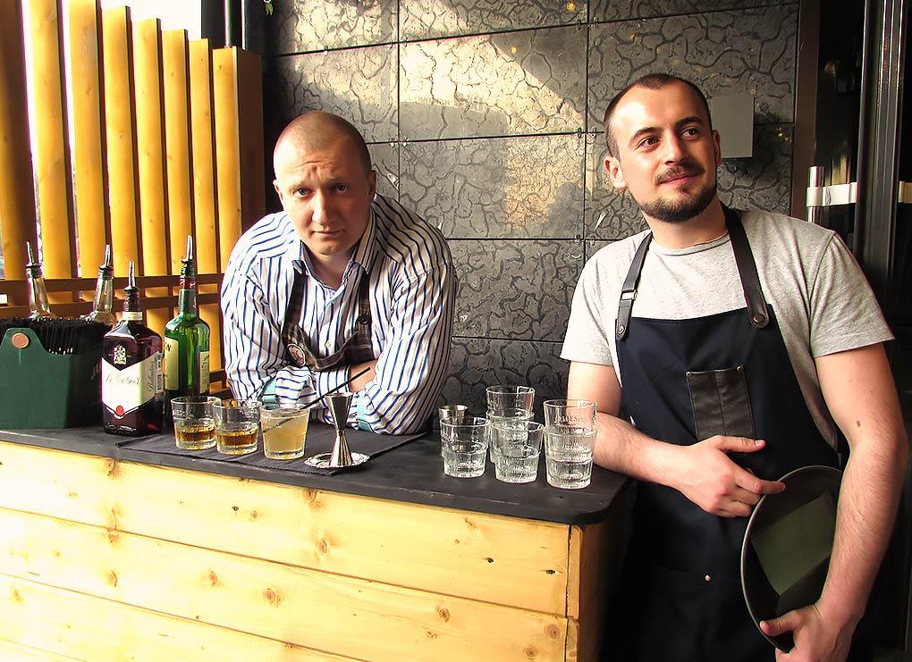 "С ""поста"" у входа на веранду бармен и официант видят все, чего хватает и не хватает гостям"