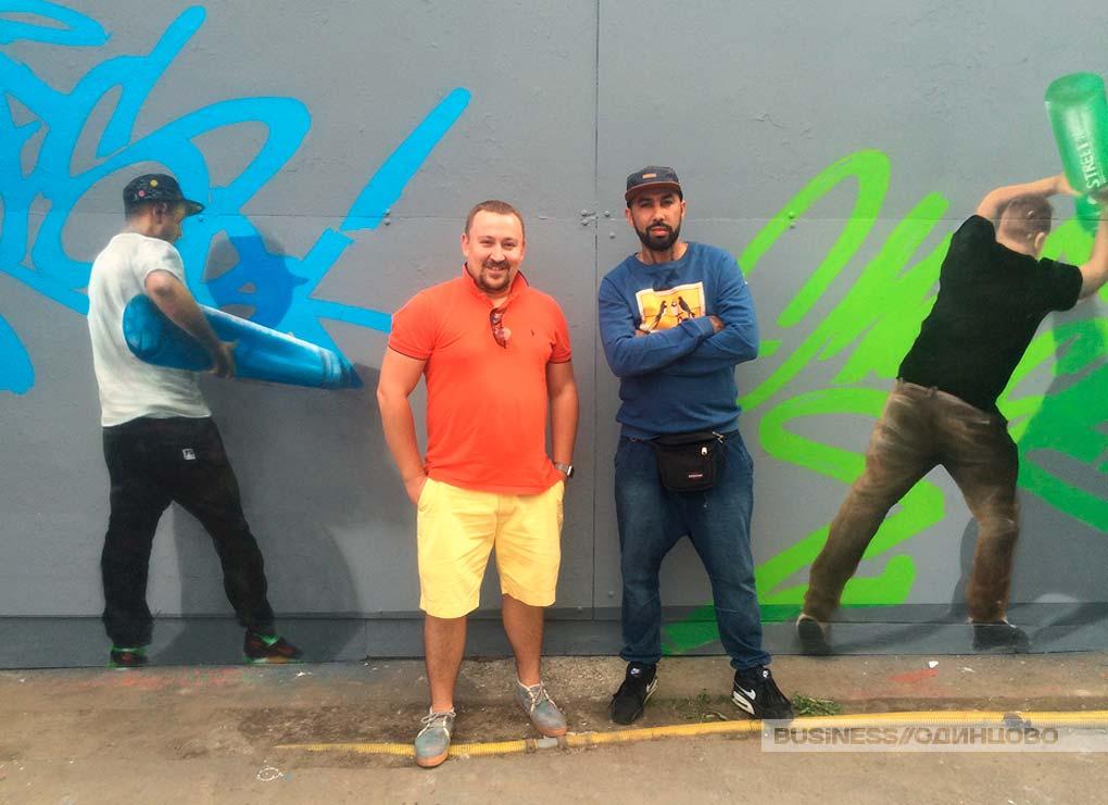 Дизайн завод флакон, Дмитрий и Серхио одейт у своей работы в рамках проекта лаборатории уличного искусства