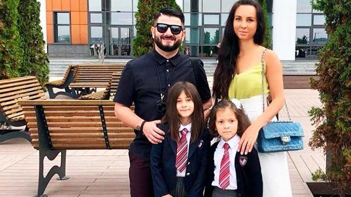 Михаил Галустян с дочерьми и супругой в гимназии им. Примакова