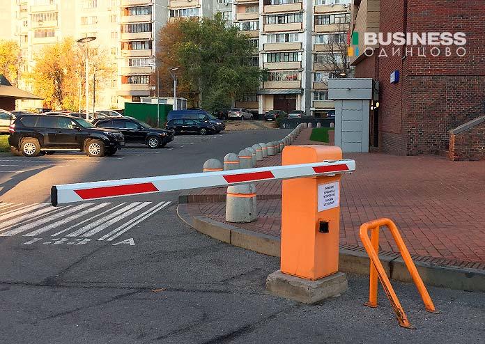 Въезд-на-платную-парковку-у-ТЦ-Вестор-в-Одинцово